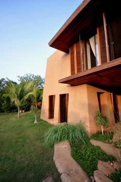 Retreat in the South-Indian Countryside / Mancini. The buildings draw on traditional construction technique combined with large Roof-overhangs and high thermal mass thus ensuring cool interiors in the very hot climate of the south Indian countryside. All architectural and interior elements are custom designed and manufactured by local craftsmen whereas the infrastructural elements rely on technology to ensure environmental sustainability.