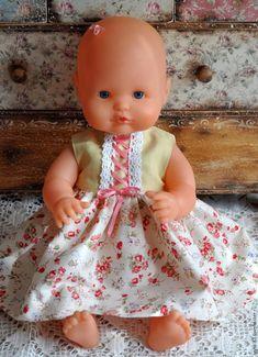 По многочисленным просьбам и намекам трудящихся хочу показать, как сшить легко, быстро и аккуратно платье для любимой куклы! Сразу предупреждаю, что с некоторыми моментами профессионалы кройки и шитья могут со мной не согласиться. В данном мастер-классе я упрощаю многие моменты. Итак, в качестве куклы будет любимы пупс моей дочки. Приступим! Нам понадобятся небольшие отрезы ткани той расцветки, которая вам понравится, л…
