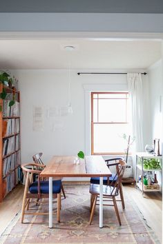 If your dining room needs a little boost, look no further than these five inspiring spaces. There's lots of eye candy here, and also plenty of ideas to steal for your own home. Style At Home, Room Inspiration, Interior Inspiration, Daily Inspiration, Bohemian Apartment, Beautiful Dining Rooms, Deco Design, Apartment Therapy, Home Interior