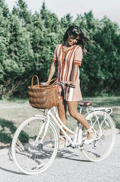 Trendy Vintage Bike Photoshoot Baskets Ideas - Women's style: Patterns of sustainability Ideas Para Photoshoot, Bike Photoshoot, Bicycle Women, Bicycle Girl, Ladies Bicycle, Cycle Chic, Bike Photography, Vintage Photography, Moda Professor