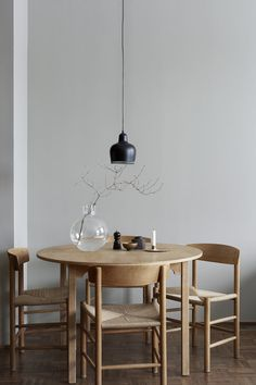 Warm colors on the walls with medium and light shades. Dark metal objects around, lighting pieces like the dinner table to break monotony and gives the character of this place.