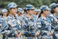 thu hút sự chú ý trong kỳ huấn luyện quân sự vì vẻ ngoài xinh đẹp.