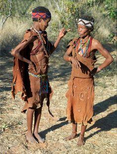 Africa | Two San women deep in conversation.  Xai Xai Hills, Botswana | ©Nigel Pavitt