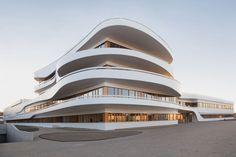 Le studio allemand 3deluxe a réalisé l'architecture et le design d'intérieur du Kaffee Partner Headquarters.