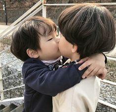 Aiin que bonitinho, mas minha mente perversa acha que isso é um início de um amorzinho yaoi Cute Asian Babies, Korean Babies, Asian Kids, Cute Babies, Cute 13 Year Old Boys, Young Cute Boys, Cute Kids, Cute Little Baby, Little Babies