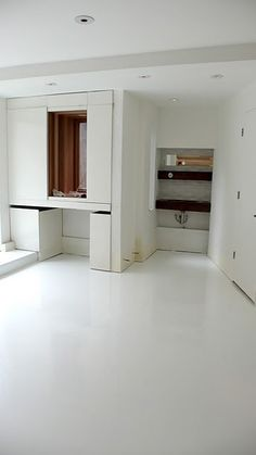 I love these glossy white epoxy resin floors. (by LA RÉSIDENCE!)