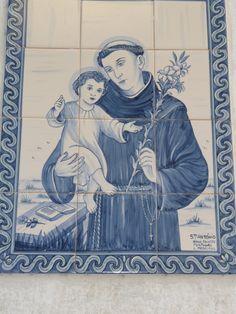 lisbon - painel de azulejos com imagem de Santo António, o santo mais venerado em Portugal.