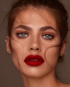 Rote Lippen und natürliche Augen - Bare Minds - Make-up-Looks, Beauty-Tipps, . - Recreational Room - Natural Make Up DIY - DIY Jewelry Box - Bob Hairstyles Medium - Simple Home DIY Makeup Trends, Makeup Inspo, Makeup Inspiration, Hair Trends, Natural Eyes, Natural Makeup, Natural Eyelashes, Pele Natural, Natural Life
