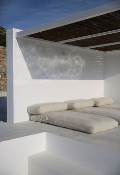 Located on the Greek island of Paros, studio Re-act Architects designed a modern retreat as a reinterpretation of Cycladic architecture. Inspired by the traditional cubic. Outdoor Lounge, Outdoor Spaces, Outdoor Living, Exterior Design, Interior And Exterior, Exterior Paint, Casa Top, Bamboo Roof, Lounge Areas