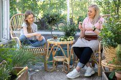 Tunnetko jo Veera-tuolimme? Veera on korkeaselkänojainen ja pysty istuma-asennoltaan. Siinä on kerrassaan hyvä istua. Tämä klassikkotuoli sopii siroutensa ja ajattoman muotoilunsa ansiosta moneen tilaan. Kuvassa ne kaunistuttavat kasvihuonetta yhdessä lumikenkäpöydän kanssa. Mikä ihana kesäinen oleskelupaikka! 🌸😎 . #parolanrottinki #veeratuoli #luonnonmateriaalit #rottinki #aidotmateriaalit #kasvihuone #greenhouseinspiration Monet