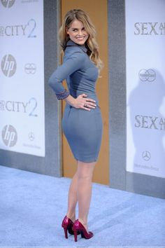 Alice Eve booty in a curve hugging blue dress and red pumps
