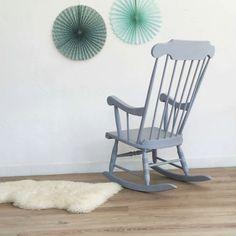 Superbe rocking chair vintage en bois qui apportera une touche rétro chic unique à votre décoration.