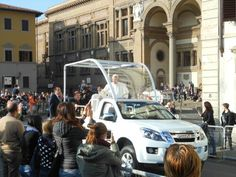#PopeFrancis is heading to the Stadium for the afternoon Mass..  #apartmentsflorence #apartment #florence #livingflorence #papafrancesco  #papafirenze #firenze2015