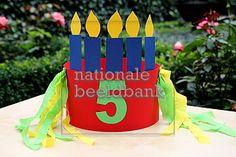 verjaardagsmuts met 5 kaarsjes, het cijfer 5 en versierd met crepepapier sliertjes