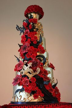 Red, black and gold mask wedding cake - I love the idea of bold colors like this for a wedding/wedding cake. Stunning!