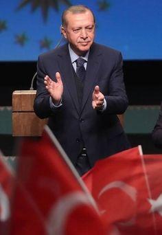 Het Turkse referendum in Nederland over de machtspositie van president Erdogan staat onder hoogspanning na de rellen bij de Turkse ambassade in Brussel donderdag. Turkse Nederlanders kunnen vanaf woensdag naar de stembussen in Amsterdam, Den Haag en Deventer, waar de instanties alert zijn.