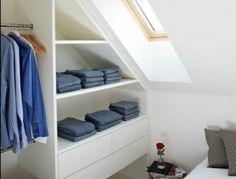meuble sous comble, penderie, placards ouverts, rangement vêtements, jean, chambre en blanc, aménagement simple déco chambre sous pente