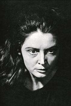 Η Αννα Συνοδινού, μία από τις σημαντικότερες τραγωδούς του ελληνικού θεάτρου, ως «Ηλέκτρα», το 1975. Την παράσταση είχε σκηνοθετήσει ο Μίνως Βολανάκης.