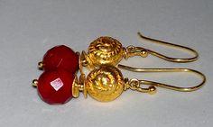"""""""golden fire""""    Auffällige Ohrhänger mit vergoldeter Muschel und einem facettierten Achat in intensiv roter Farbgebung."""