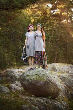 Gudrun Sjödéns Sommerkollektion 2014 - Das Kleid und Langtop Anemon (zu finden unter http://www.gudrunsjoeden.de/Pullover-Shirts--40077d.html) sind aufwendig gearbeitete Modelle mit dekorativer Ton-in-Ton-Blütenstrickerei.