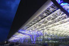 Bangkok International Airport International Style, International Airport, Helmut Jahn, Suvarnabhumi Airport, Public Architecture, Airport Transportation, Airports, Postmodernism, Bangkok
