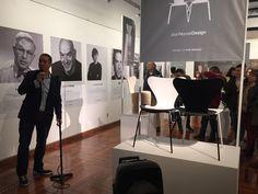 """""""7 Cool Architects"""": Interpretaciones contextuales de la silla Series 7™ de #ArneJacobsen. Sr. Iván Carretero, representante comercial de la firma danesa Republic of #FritzHansen, realizando la presentación de una exhibición única en #Uruguay."""