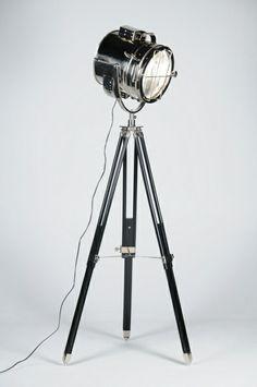 vloerlamp 82503: Vloerlamp van chroom in de vorm van een studiospot. Voorzien van mat zwart houten statief met chromen accenten. Toepasbaar in zowel klassieke als ook moderne interieurs. Deze lamp heeft een verstelbaar lamel rooster waarmee de inkijk kan worden verminderd.