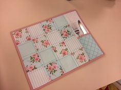 Programa Arte Brasil - 10/09/2015 - Nanda Sellan - Jogo Americano em Patchwork - YouTube Plate Mat, Fabric Book Covers, Quilting 101, Table Runner And Placemats, Fabric Stamping, Applique Fabric, Fabric Gifts, Mug Rugs, Fabric Scraps