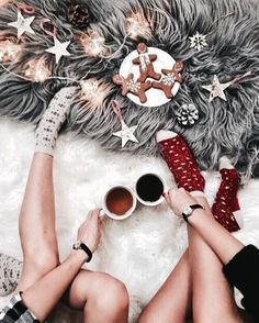 cute Christmas decorating Inso and Instagram Inso - gingerbread cookies, Christmas lights, winter socks, cute mugs #flatlays