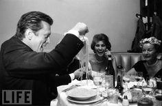 Kirk Douglas e Sophia Loren a cena con un piatto di spaghetti (1954)