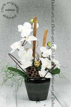 Květinová ozdoba do bytu s orchidejí.