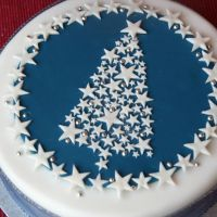 and Sparkle Christmas Tree Cake Stars and Sparkle Christmas Tree Cake - love the design. Shows how to marzipan annd ice cake (neatly)Stars and Sparkle Christmas Tree Cake - love the design. Shows how to marzipan annd ice cake (neatly) Christmas Cake Designs, Christmas Tree Cake, Christmas Cake Decorations, Christmas Cupcakes, Christmas Sweets, Holiday Cakes, Christmas Cooking, Christmas Goodies, Xmas Cakes