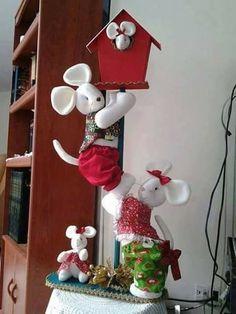 Ratones en farol Country Christmas, Christmas Holidays, Christmas Wreaths, Christmas Crafts, Christmas Decorations, Xmas, Christmas Ornaments, Fall Crafts, Diy And Crafts