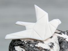 Diese zarte Porzellanbrosche veredelt jedes schlichte Oberteil und setzt einen ganz besonderen Akzent.   Sehr schön zum Beispiel zu einer nachtblauen