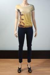 Kolları katlı dijital baskılı t-shirt  Türü:T-shirt Modelin Ölçüleri: Boy:179cm. Göğüs:85cm. Bel:65cm. Kalça:94cm. Modelde kullanılan beden:XS Kumaş Karışımı:%100 Polyester Kumaş Tuşesi: Yumuşak tuşeli Yaka şekli: Geniş bisiklet yakalı Kol şekli: Katlanmış kısa kol