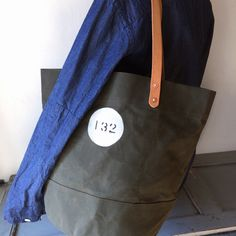 Bucket tote bag made with No10 wax canvas. This canvas bag is waxed canvas that name is Dragon Waterproof.  IND_BNP_00132 W 45cm H 34cm D28cm Handle 56cm