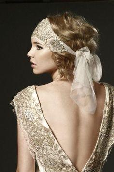 robe année 20 couleur écru, grand décolleté au dos, bandeau de cheveux écru