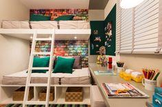 A bancada de estudos aproveita o espaço entre e a parede e o beliche. O canto do quarto ganhou um painel de recados nas duas paredes. Projeto de Débora Dalanezi e Marcello Sesso.