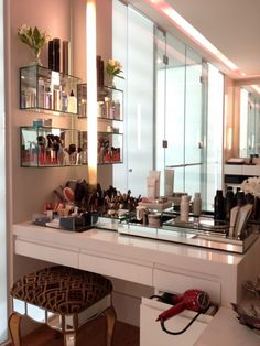 Want to style up your home with a beautiful vanity table? This section will give you an ultimate guide about how to choose the perfect vanity table. Makeup Desk, Makeup Rooms, Diy Makeup, Beauty Makeup, Makeup Tables, Makeup Counter, Vanity Tables, Huda Beauty, Glass Vanity Table