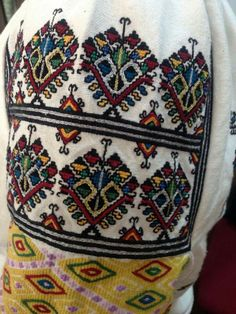 Folk Embroidery, Embroidery Stitches, Embroidery Patterns, Vintage Outfits, Vintage Fashion, Diy Projects To Try, Traditional Dresses, Romania, Couture