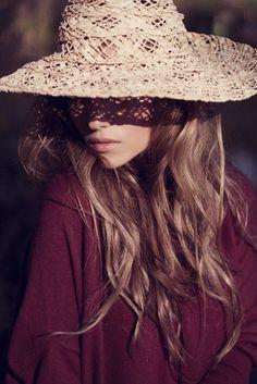 @MaidaCox nos invita a ponernos el sombrero para protegernos del sol y ¿por qué no? darle un toque chic a nuestro look http://ow.ly/gxn9k