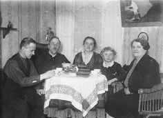Sonntagskaffee bei meiner Großmutter. (Späte 1920er Jahre)