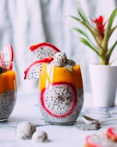 Quick & easy overnight chia pudding layered with mango sauce and fruit for a beautiful, healthy, deceptively easy tropical breakfast. Overnight Chia Pudding, Chia Pudding Breakfast, Chia Recipe, Pudding Recipe, Mango Sauce, Parfait Recipes, Snacks Saludables, Healthy Smoothies, Healthy Lunches