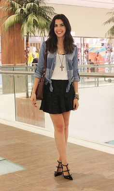Look: Camila Coutinho - Camisa Jeans, i love how she tied the corners of her shirt