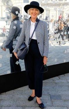 Blazer en laine gris, Chemise de ville blanche, Pantalon large bleu marine, Slippers en cuir noirs