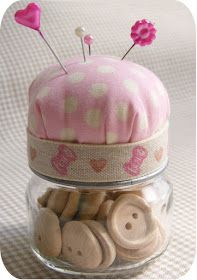 11 Baby Food Jar Crafts - LOVE this idea! Could be done with any type of jar a space for sewing supplies and the top for a pin cushion! Baby Jars, Baby Food Jars, Food Baby, Baby Food Jar Crafts, Mason Jar Crafts, Mason Jars, Diy Projects To Try, Craft Projects, School Projects