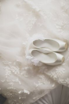 Bridal Wedding Accessories For Your Wedding Wedding Photography Inspiration, Wedding Inspiration, Dream Wedding, Wedding Day, Wedding Shoes, White Cottage, All White, Pure White, Shades Of White