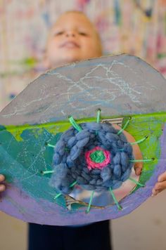A stunning geometric geode inspired circle weaving art project for elementary students! Come take a look at how we made them in our children's art studio! Easy Art Projects, School Art Projects, Weaving Projects, Weaving Art, Graffiti, 3rd Grade Art, Grade 3, Textiles, Art Lessons Elementary