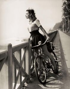 pin-up girl at the shore Look Retro, Look Vintage, Vintage Ladies, Vintage Woman, Retro Style, Vintage Black, 1940s Woman, 1940s Style, 50 Style