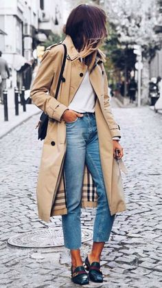 STYLE TIP: look effortless chic in a trenchcoat paired with jeans and a white tee. Trench Coat Outfit, Burberry Trench Coat, Trench Coat Women, White Trench Coat, Burberry Outfit, Trench Coat Style, Classic Trench Coat, Trench Jacket, Burberry Jacket